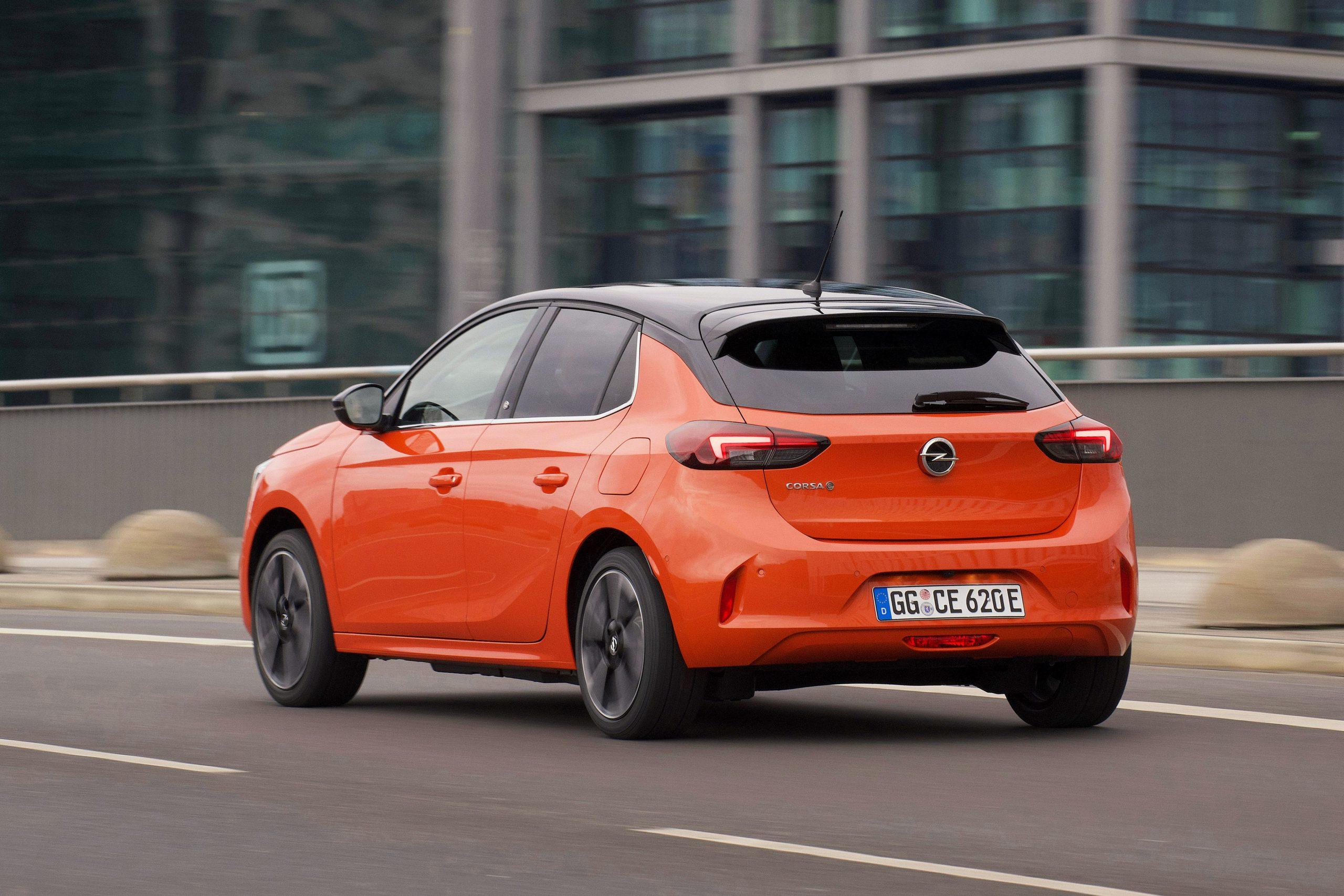Opel Corsa popularizează electromobilitatea. Cu ajutorul celei de-a șasea generații complet noi de autovehicule Corsa, Opel oferă în premieră o versiune electrică pe baterie cu o autonomie de până la 337 km