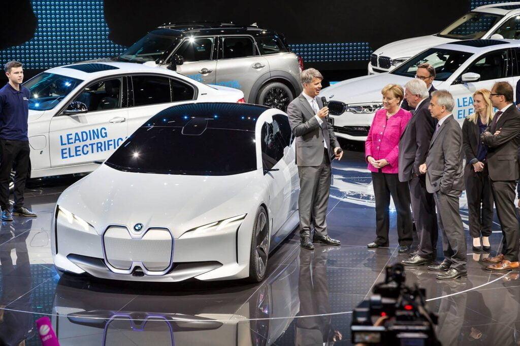 Germania alocă 2 miliarde de euro pentru ca industria auto să treacă la motoare electrice